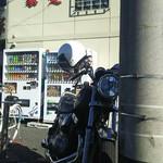 ラーメン 厚木家 - 単車は ぎりぎり 駐車場の中です!(笑)