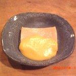 天ひろ - 自家製ごま豆腐の温かいものに温かい柚子味噌を掛けて召し上がって頂きます。