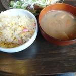餃子酒場 カノウ - チャーハンと具だくさん豚汁