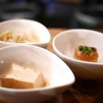 イベリコ豚おんどる焼 裏渋屋 - 小鉢のお惣菜が3品付いてます。