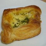 関口フランスパン - ポテトグラタン(147円)♪デニッシュ生地の中にはたっぷりのポテトグラタン!