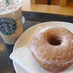 スターバックス コーヒー - ラテとドーナツ