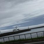 知床食堂 - 知床食堂(北海道目梨郡羅臼町本町)お店の前は海