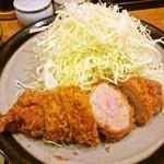 とんかつ 明石 - ひれかつアップ(ほんのりピンク色)
