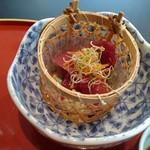 四季五彩 きわ - 海老天丼(1,400円)にしました。 小鉢,お味噌汁,お漬物付き。