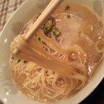6062122 - 麺は細麺ストレート。標準で丁度良い具合の茹で加減。