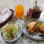 6062937 - マンゴージュース、サラダ、水、おしぼり