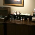 スターバックス・コーヒー イオンナゴヤドーム前店 - コンディメントバーとごみ箱が同じ場所