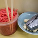 長浜ラーメン 味心 - 大量の紅ショウガとニンニク。サービス良いお店です。
