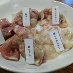 七輪焼きホルモン ぶた吉 - 豚5種。ホルモン中心で、一人焼肉ならこれでも十分かも。