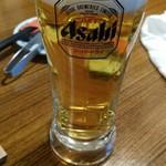 七輪焼きホルモン ぶた吉 - 生ビールはアサヒスーパードライ。ギリ中ジョッキ合格サイズ。