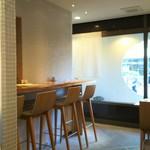 横濱蕎麦 傳介 - 奥行きがやや狭いですけどカウンターもありあます