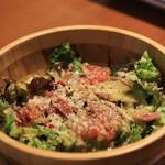 バルデビノス - なんかサラダ お勧めで。この日は生ハムとキノコ