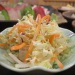 和食処 八田 - 千キャベツ、紫キャベツ、大根、人参、貝割菜のサラダアップ