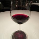 カントニーズ 燕 ケン タカセ - 赤のグラス「マージュラム エム・ファイブ」