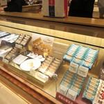 シュガーバターの木 - お店にはシュガーバターの木さんの様々な焼き菓子が並んでてどれを買うか迷ってしまいました。