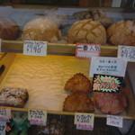 メロンパンファクトリー - メロンパン以外も若干菓子パンが有りますネ
