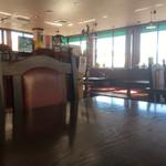 カレー・スリランカ料理 スジャータ - 内観。広々として落ち着いた雰囲気。