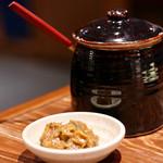 日南市 じとっこ組合 - お通しの野菜は特製味噌をつけます