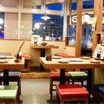 日南市 じとっこ組合 - テーブル席主体の落ち着いた空間