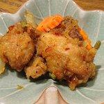 60661223 - Blue Papaya THAILAND 京橋エドグラン店 ランチに付く日替わり小皿は酸辣タレが絡まる鶏の唐揚