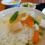 景珍楼 - 白飯に海老と豆腐の煮込みを載せて中華丼風に