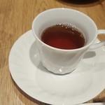 60665462 - 上から2センチのところまでしか注がれていない紅茶