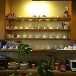 船越珈琲店 - 内観写真:カウンター奥のカップ棚