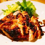 クラフトビアハウスモルト - 愛媛県産松山地鶏もも肉の炭焼き