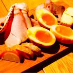 クラフトビアハウスモルト - 燻製とシャルキュトリーの5種盛り