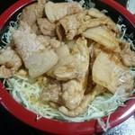 あか堀食堂 - お重にぎっしりのご飯の上にキャベツと豚の生姜焼き なかなかボリュームがあります