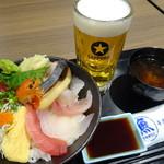 漁港めし家 牧原鮮魚店 - 仲買の海鮮丼(980円・込)と生ビール(380円・込)