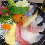 漁港めし家 牧原鮮魚店 - 仲買の海鮮丼(980円・込)