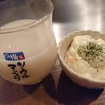 呑兵衛 - マッコリ500円(量少な目)とお通しの出来合いのポテサラ。
