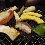 十々 - 野菜焼いている