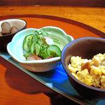 居酒屋まるまん - お通し3皿。ぬかご、なます、鰻と鶏入り炒り玉子。