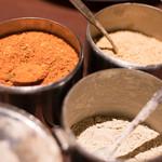トウホクコウヤンテイ - 2016.12 烤羊腿の味付けは唐辛子&クミン、芥子、胡椒の3種類