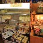 パリーズベーカリー - サンドイッチ類。おかずなどとのパック品も有り。