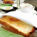 60689928 - ブレックファースト:シルバー皿に焼きたてのトーストをナプキンに包まれて持って来てくれます。