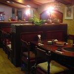 レストラン宮村 - 6~7人掛けのグリルテーブルが3つ、カウンターに4席のこじんまりとした店内です。