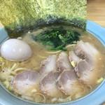 横浜ラーメン はま家 - ラーメン(中盛)690円・焼豚増し250円・味玉100円
