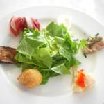 ナポリ、アマルフィ料理 Ti picchio - 前菜盛り合わせ(生ハム、焼き茄子バルサミコソース、アンチョビとジャガイモのフリット、カリフラワーのマリネ、豚肉のテリーヌ、モッツゥアレラチーズ)