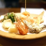 翏 - 天ぷら盛り合わせ(海老と南瓜、柚子皮、百合根、きのこ、林檎、三つ葉生姜、結び牛蒡)