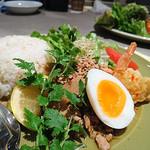 カフェ バイ ザ シー - 鶏肉のタイ風 ガパオライスプレート 海老フリット添え