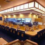 夢の蔵 - 酒瓶がなければまるで寿司屋で、事実、寿司もある。