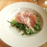 ブズン - 前菜:生ハムと朝採れ水菜のサラダ