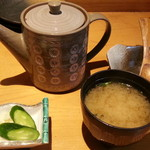 60700338 - 【限定10食通常1,980円が1,000円】の海鮮丼のお茶漬け用お出汁+漬物+味噌汁
