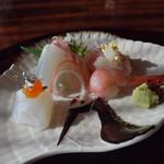 60701785 - 1612 桃山 ●お造り                           旬に美味きもの、あしらい色々                           (烏賊、海老、鯛、鮪)