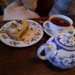 60712229 - 紅あづまと黒糖のタルト、紅茶