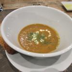 シカゴステーキ オーロラ - ロブスターのビスク、添えられたラスクを割って入れて食べると濃厚なスープが絡んでバリウマ。